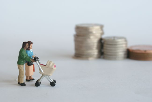 Small model figures with a shopping trolley